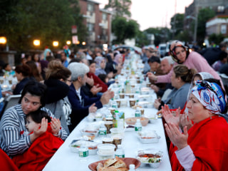 Seeking to build 'religious bridge,' Muslims break Ramadan fasts in Jewish households