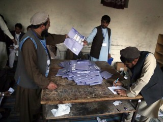 Afghan vote enters second day after attacks, technical issues