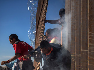 Scenes of chaos as migrants try to cross into U.S.