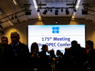 Oil drops 4 percent amid OPEC battle with Russia