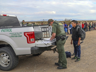 Border agents, working without pay, see large groups of migrants crossing into Arizona