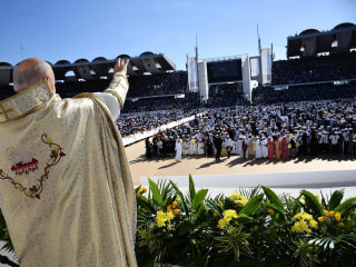 Pope Francis celebrates historic Mass in Arabian Peninsula