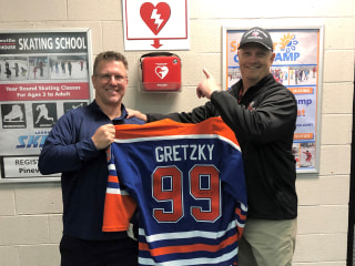 Doctor springs to action on ice, saves life of fellow hockey player