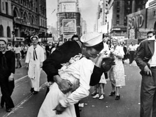 George Mendonsa, Navy veteran identified as 'kissing sailor' in WWII photo, dies at 95