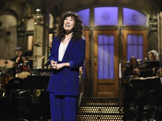 Sandra Oh celebrates U.S. citizenship anniversary on 'Saturday Night Live'