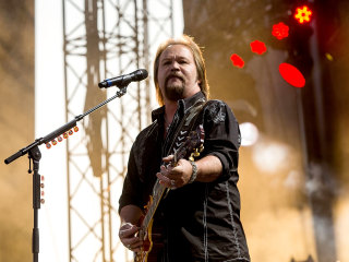 Country star Travis Tritt's tour bus sideswiped in deadly crash