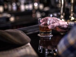One in 10 older adults binge drinks, increasing health risks