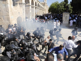 Muslim worshippers clash with Israeli police at Jerusalem holy site