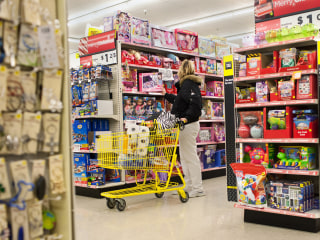 Thousands of retail stores are closing — so how is Dollar General opening almost 20 stores a week?