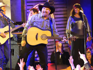 Garth Brooks wears 'Sanders' jersey mistaken by fans as endorsement of Bernie