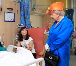 Queen Speaks With Bomb Victims as Manchester Holds Minute of Silence