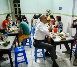 Bourdain and Obama Eat Cheap Noodles, Drink Cold Beer in Vietnam