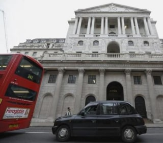 BoE Surprises by Holding Interest Rates at 0.5%, Hints at Easing in August