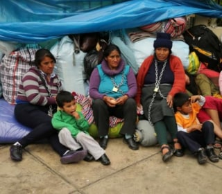 Chained to Health Ministry, Peruvians Protest Mining Pollution