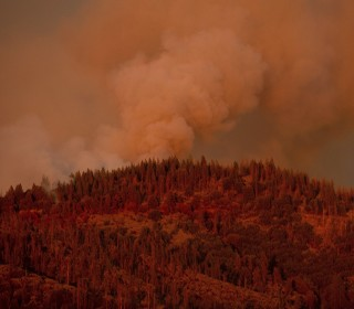Firefighters struggle to contain fire near Yosemite National Park