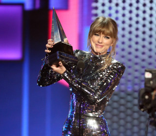 Taylor Swift wins big at AMAs, urges fans to vote