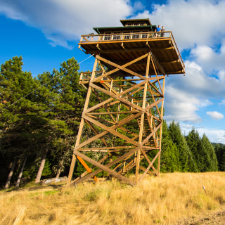Couple lives in 388-square-foot fire lookout — see inside