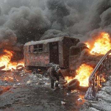 Image: Protesters throw rocks at police in central Kiev, Ukraine