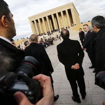 Image: France's President Francois Hollande visits Anitkabir in Ankara
