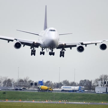 Image: An airplane lands