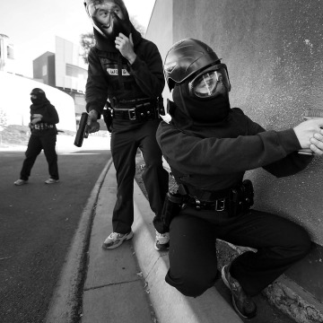 Image: Los Angeles Police recruits practice shooting scenarios with paintball guns