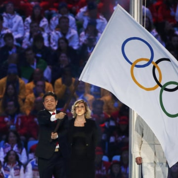 Image: Pyeongchang Mayor Sok-ra waves the Olympic flag during the closing ceremony for the Sochi 2014 Winter Olympics