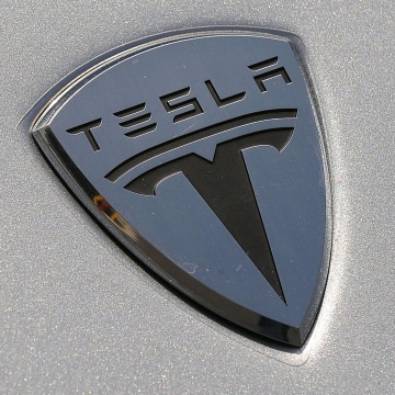 Tesla Motors plans to build a major battery factory that it says will cut battery production costs by 30 percent.