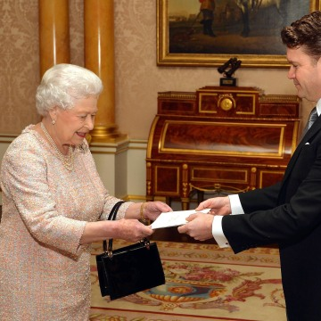 US Ambassador Matthew Winthrop Barzun presents his credentials to Britain's Queen Elizabeth II
