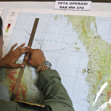 Image:An Indonesian Air Force officer draws a flight pattern