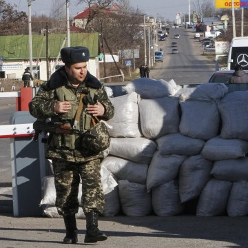 Image: Ukrainian border guards stand at a checkpoint with Moldova's breakaway Trans-Dniester region