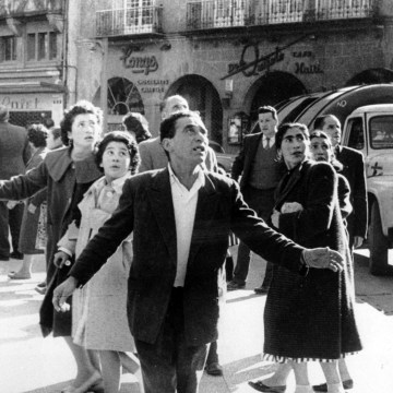 Image: Men and women on a main street in Concepcion, Chile, s an earthquake hits the country on May 21, 1960.
