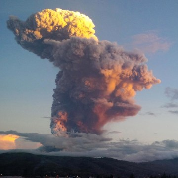 Image: Ecuador's Tungurahua volcano spews molten rocks and large clouds of gas and ashes near Banos