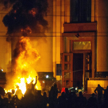Image: Pro-Russian protesters burn tires near of a regional administration building after police cleared it in Kharkiv, Ukraine