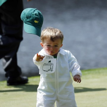 Image: Scott Stallings' son Finn throws off his cap on the fourth green