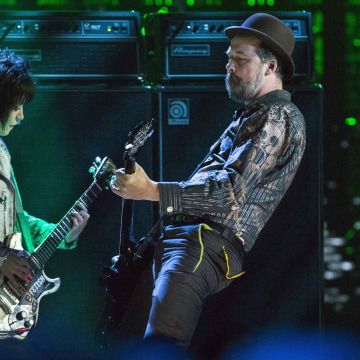 Image: Singer Jett performs with Novoselic of Nirvana