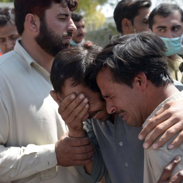 Image: Pakistani mourners grieve the death of relatives