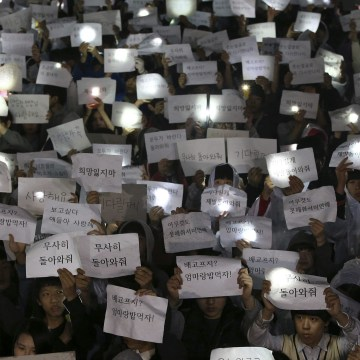 Image: Students hold signs with messages of hope at Danwon High School in Ansan, South Korea