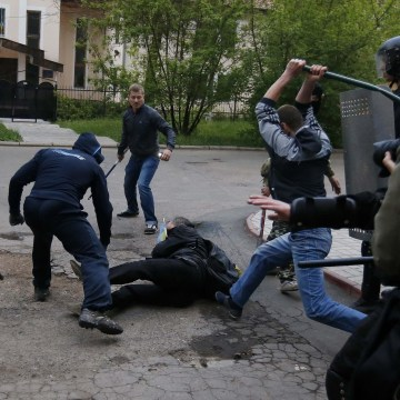 Image: Pro-Russian protesters attack a pro-Ukranian protester during a pro-Ukraine rally in the eastern city of Donetsk