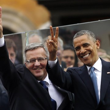 Image: President Barack Obama and Polish President Bronislaw Komorowski gesture at a Freedom Day event at Royal Square in Warsaw