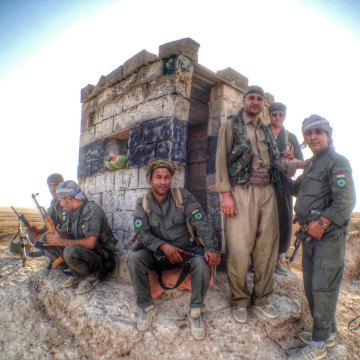 Image: Kurdish Peshmerga on duty near Jalawla, Iraq