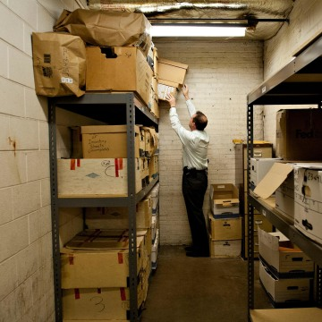 Image: Cook County Sheriff's Detective Jason Moran pulls a box containing evidence