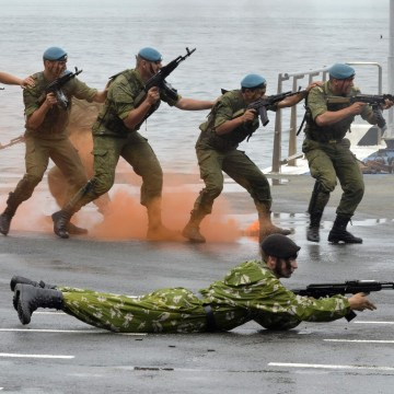 Image: Russian servicemen perform during a naval parade rehearsal in the far eastern port of Vladivostok