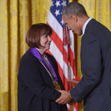 Image: US-POLITICS-OBAMA-ARTS-HUMANITIES-MEDALS-RONSTADT