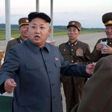 Image: Kim Jong Un inspects paratrooper units