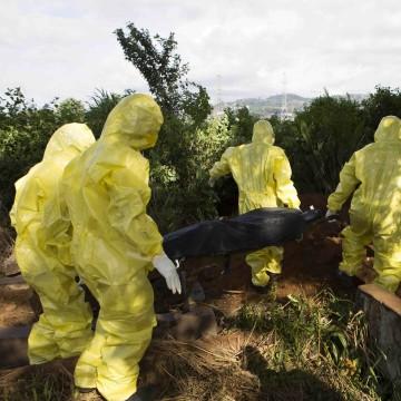Image: Burial team prepare body of Ebola Virus victim for interment in Freetown