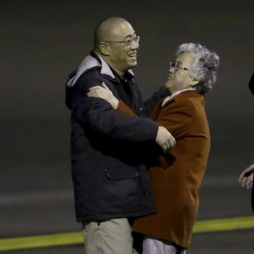 Image: Kenneth Bae greets his mother Myunghee Bae
