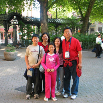 Family trip to Seattle in the summer of 2006. (L-R: Alton Wang, his mother Amy Wang, his sister Vivian, his cousin Bryna, and his father George)