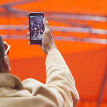Image: Romeo Santos takes a selfie