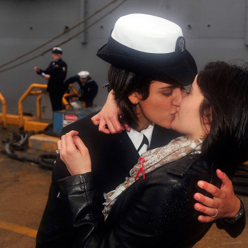 Image: Two women sailors share traditional first kiss on Virginia Beach pier