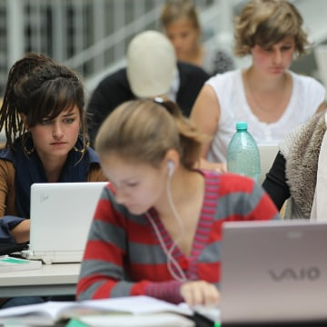 Best Way to Take Notes In Class Isn't On Your Laptop, Research Finds